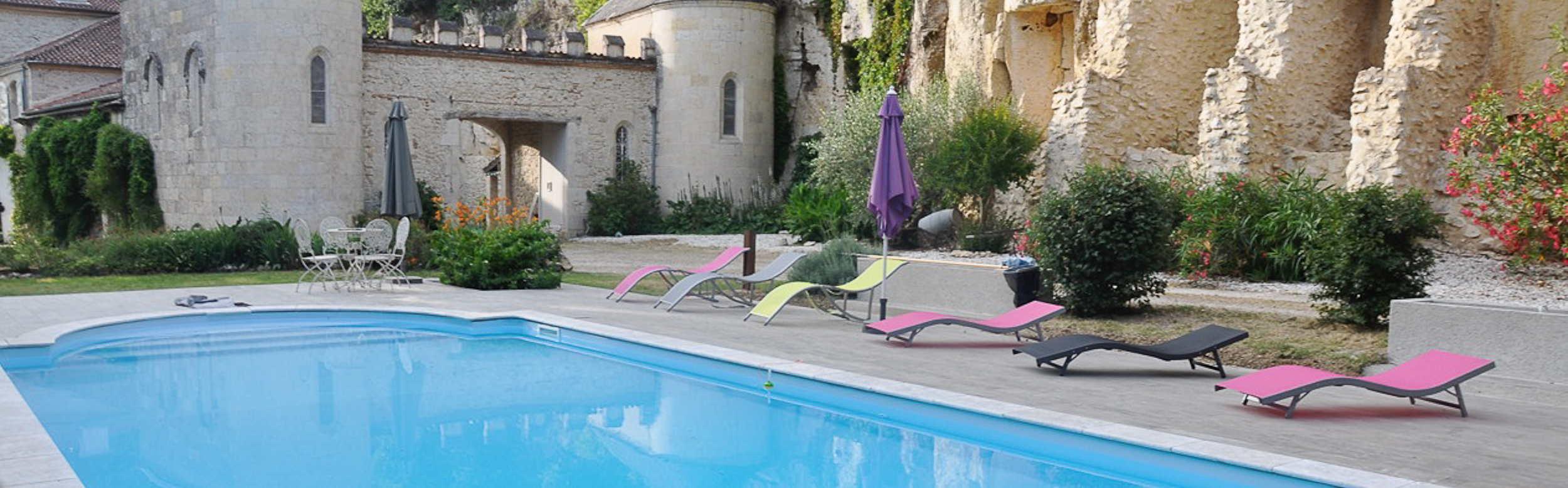 L'accès à la piscine chauffée est libre, inclus dans le prix de la location de nos chambres d'hôtes
